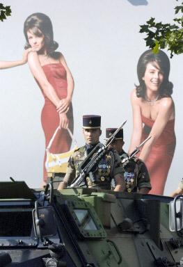 图文:装甲车部队行驶在香榭丽舍大街上