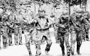 军营特写:女兵连里的男连长(附图)