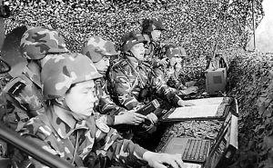 北京军区某机械化师斗酷暑砺精兵(组图)