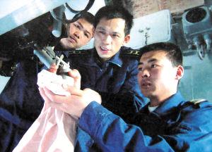 东海舰队枪炮业务长提高舰炮射击精度(组图)