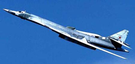 俄军图-160轰炸机飞行8000公里发射巡航导弹