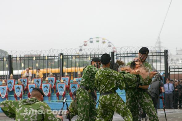图文:俄陆战队士兵表演胸口碎砖