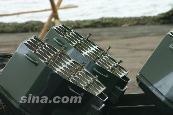 图文:俄军轮式布雷车发射箱近距特写