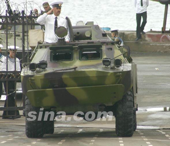 图文:俄军BRDM-2两栖侦察车接受检阅