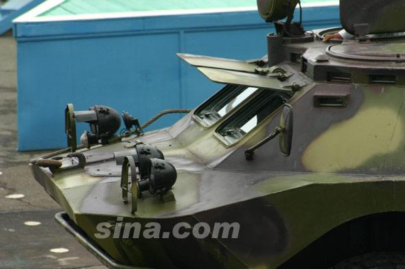 图文:俄军BRDM-2两栖侦察车前部近照