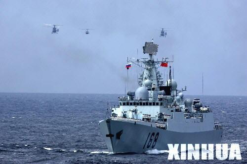 图文:中国海军168舰与直升机编队接受检阅