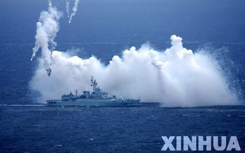 图文:中国海军舰艇编队发射干扰弹