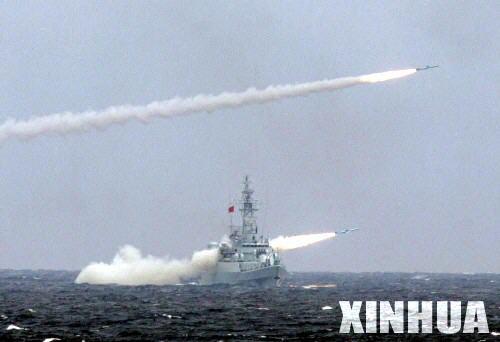图文:中方水面舰艇编队齐射反舰导弹