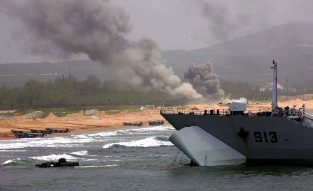 图文:中国海军陆战队实施抢滩登陆