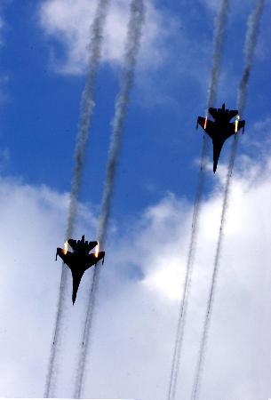 图文:中国空军歼击机发射火箭弹攻击地面目标
