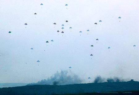 图文:中国空降兵部队实施伞降