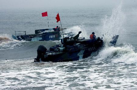 图文:中国海军陆战队两栖装甲战车实施泛水突击