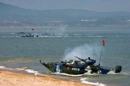 图文:中国海军陆战队两栖装甲战车实施抢滩登陆