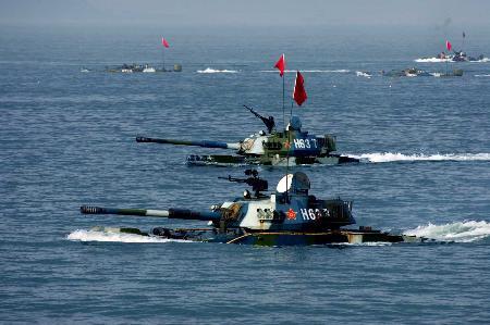 图文:中国海军陆战队水陆坦克实施泛水突击