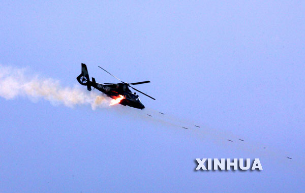 图文:Z-9武装直升机发射火箭弹攻击地面目标