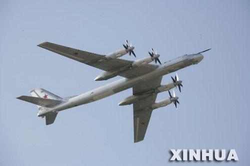 图文:俄远程战略轰炸机接受检阅