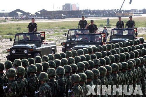 图文:曹刚川上将在阅兵式上检阅中国参演部队