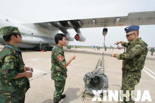 图文:俄飞行员在向中国军人介绍伊尔-78加油机