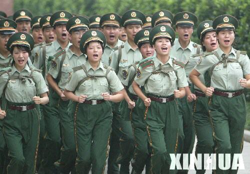 武警部队中的女大学生 2图片