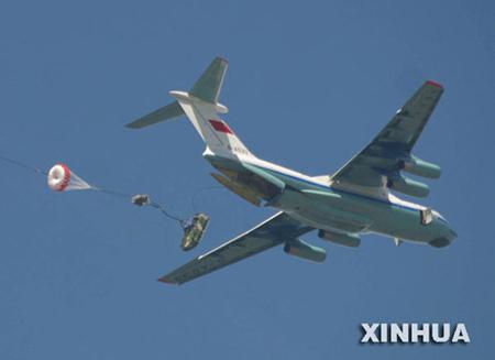 中国空军大机群复杂气象条件下快速空投(组图)