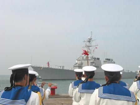 美国海军韦伯号宙斯盾级导弹驱逐舰抵达青岛