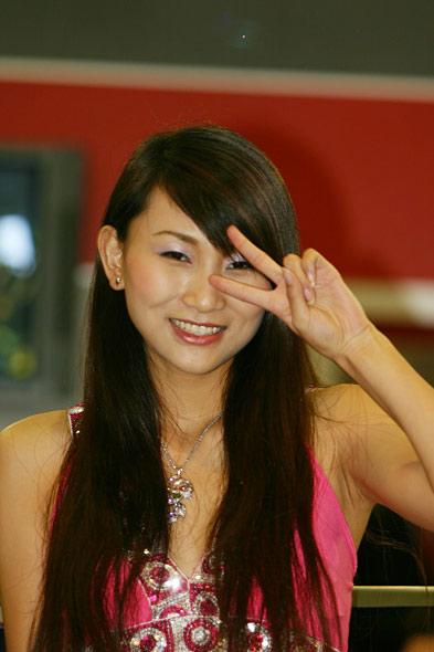 图文:阿古斯塔公司美女模特摆胜利手势