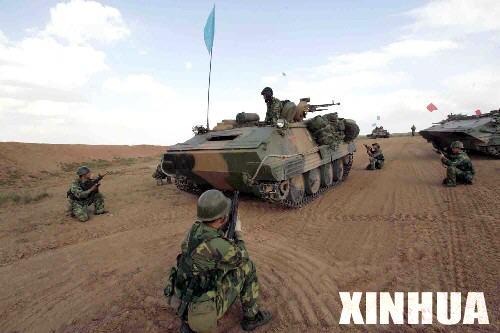 组图:一辆蓝军装甲车被红军俘获
