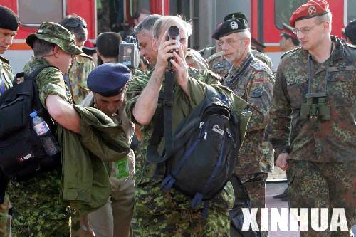 组图:外军观察员在观摩演习