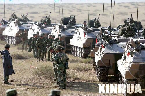 组图:参演的重型装甲部队整装待发