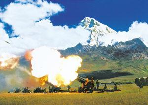图文:我榴弹炮营在雪域高原进行实弹射击