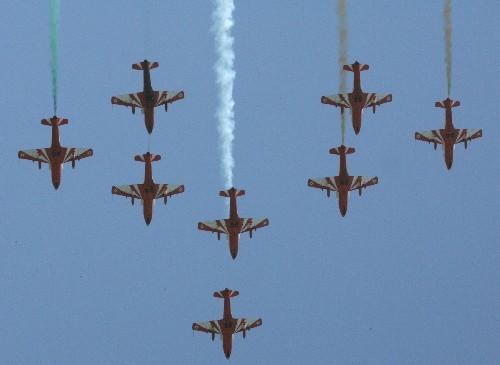 图文:印度空军特技飞行队进行特技飞行表演