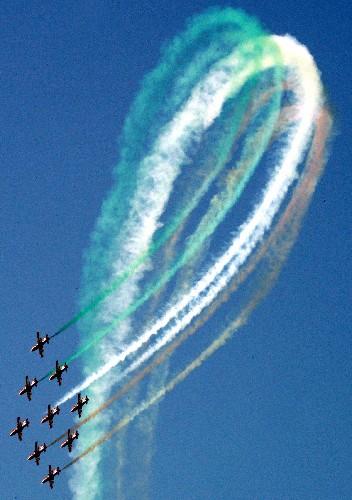 图文:印度空军的特技飞行队进行特技飞行表演
