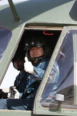 组图:中国陆航飞行员装备新型夜视头盔系统