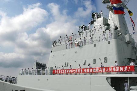 我军出访南亚舰艇编队通过马六甲海峡(组图)