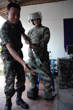 中国扫雷技术专家组顺利结束在泰援助任务(图)