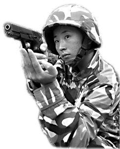 我海军陆战队女兵获得84号特战队员证章(图)
