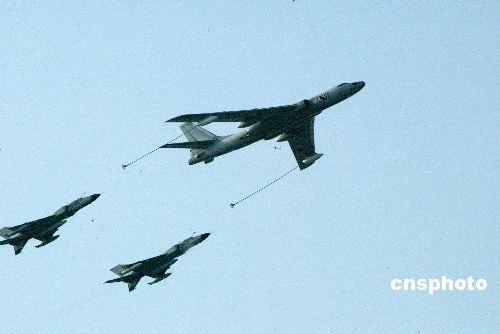 中国空军演练空中加油战机数千公里不间断飞行