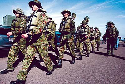 美日在距我国领海12公里的敏感海域举行军演