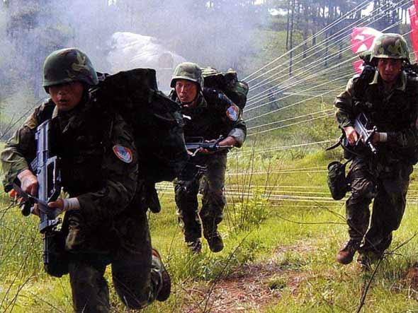 中国空降部队15军千名新兵首次实施武装跳伞