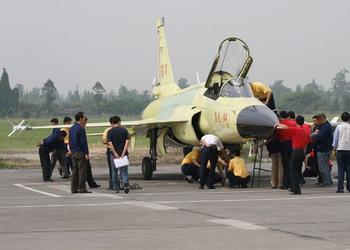 枭龙挂载两枚导弹完美首飞将漆装隐身涂料(图)