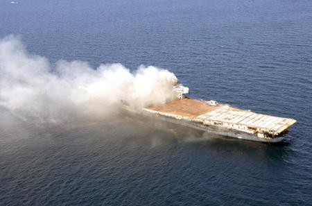 美海军炸沉退役航母造世界最大人工暗礁(图)