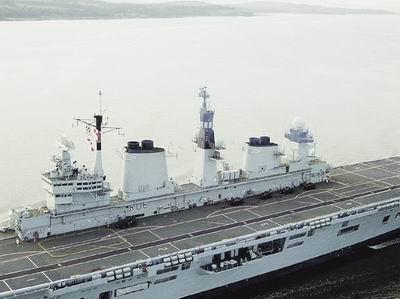 英国卓越号航母战斗群与印度海军举行军演(图)