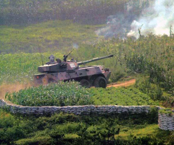 济南军区新型轮式自行突击炮装备制导炮弹(图)