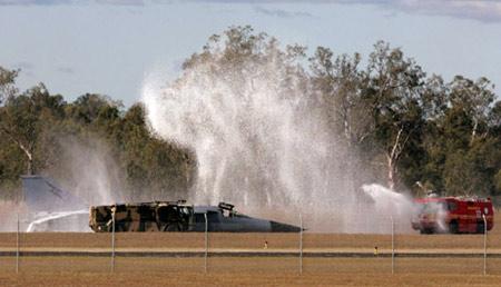 澳大利亚战机轮子飞行中脱落紧急迫降