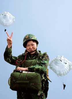 中国空降兵实现人员与重型装备一起空投(组图)
