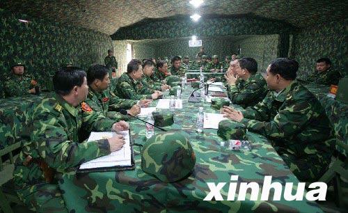 图文:红军指挥人员在指挥部研判战况