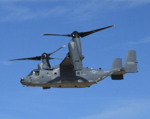 """波音、贝尔直升机公司和罗-罗公司举行了一次高峰会议,以弥补它们在后勤保障问题上的任何裂痕,波音为使MV-22""""鱼鹰""""能得到有效的支持将自费开放一个零件仓库。海军正严密监视该机的准时部署。8月的一份联合报告说,由于海军太依赖""""鱼鹰""""这一平台,结果造成目前面临严重的短缺;海军还指望该下一代飞机能按时交付,CH-46E""""海骑士""""直升机已完全落伍了。   劳伦汤普森称,现在就应采购""""鱼鹰"""",其能执行许多直升机或固定翼飞机都不能执行的任务,或能更好地执行某些任务。为此他甚至抨击拟议中的联合货运飞机("""