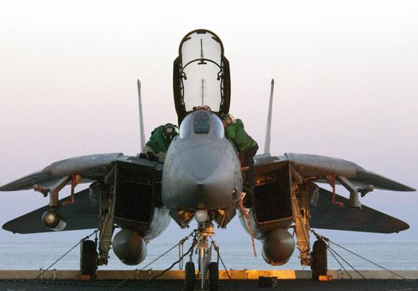 报道称,模拟训练机经过改装,在尽可能保留操作设备原貌基础上,保证让初学者也能轻松上手。经过观看录像中的简单指导和支付20美元费用后,参观者就可以登上飞机,坐上驾驶座位,自己掌控操纵杆,开始20分钟的飞行体验。飞行员们可以在飞机上练习起飞着陆,或是空中巡逻。   每个人在模拟训练机里都可以成为英雄。博物馆发言人、退休海军上校迪杰基利说,如果他们足够熟练,还可以锁定攻击目标或是与其他飞机配合。我想这些功能都和真正的战斗机极其贴近。   提供飞机的是一家名叫伊格西姆斯的公司。这家公司专营将退役军