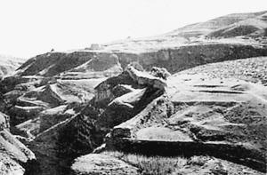 内蒙古一段明长城被公路穿越损毁严重难以复原