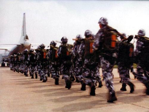 空降兵某部3000多名新兵成长为合格伞兵(组图)